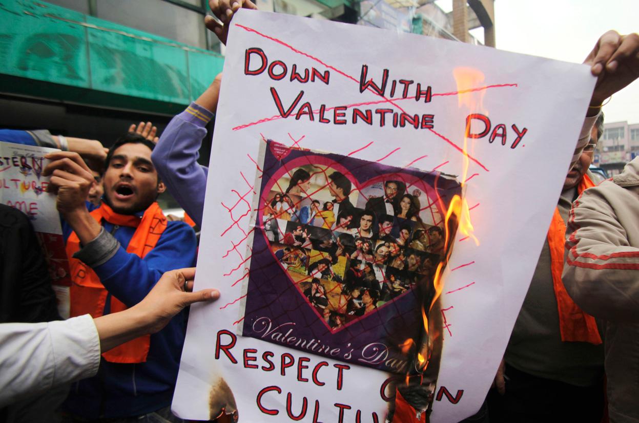 Shiv Sena hindu protests vs valentine day cards alla hjärtans dag
