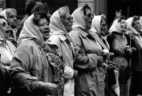 De Försvunnas mödrar protesterade då liksom nu på Buenos Aires 5:e Maj-torg för att få svar på vad som skett deras släktingar