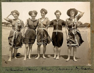 Bathing-Suit Baddräkt Women-in-bathing-suits-on-Collaroy-Beach-1908-photographed-by-Colin-Caird-credit-Library-of-New-South-Wales-via-Flickr-Commons