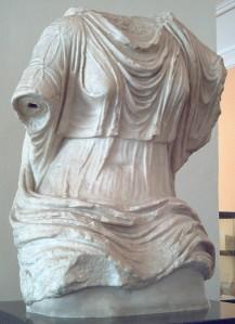 Kvinnlig torso m stola, del av kolossalstaty uppgrävd i Iponuba, Spanien. Museo Arqueológico Nacional de España, Madrid.